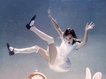 當 愛麗絲 不小心掉到水裡, Elena Kalis 的 童話 系 水中 兒童 攝影