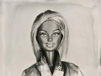 你沒看錯!這是一本芭比娃娃人像攝影集