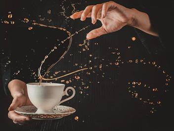 魔法般的咖啡牛奶圓舞曲,高速攝影捕捉飲品飛濺瞬間之美