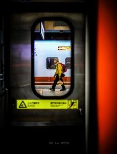 月台。旅人